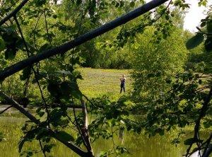 ребенок рыбак на берегу нижнего пруда