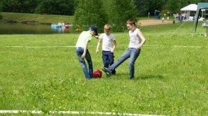 Дети играют в футбол на площадке в Морозовке