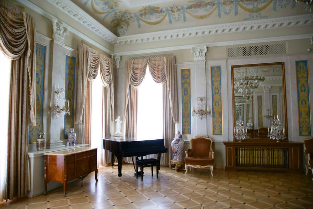 Старинный рояль в Музыкальном салоне