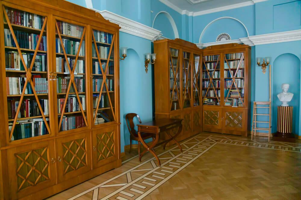 Библиотека в парк отеле Морозовка