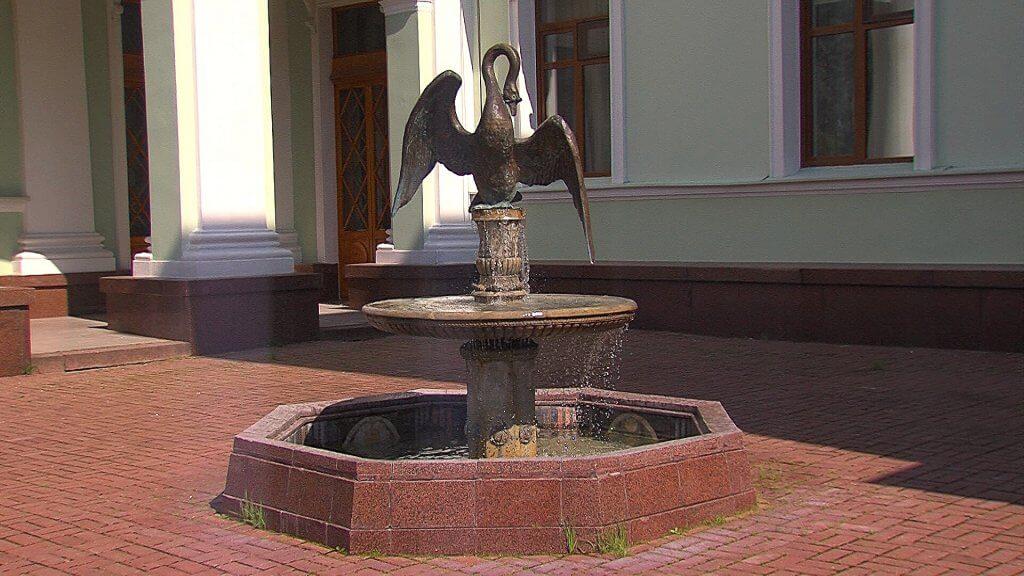 Фонтан - лебедь в усадьбе Морозовка