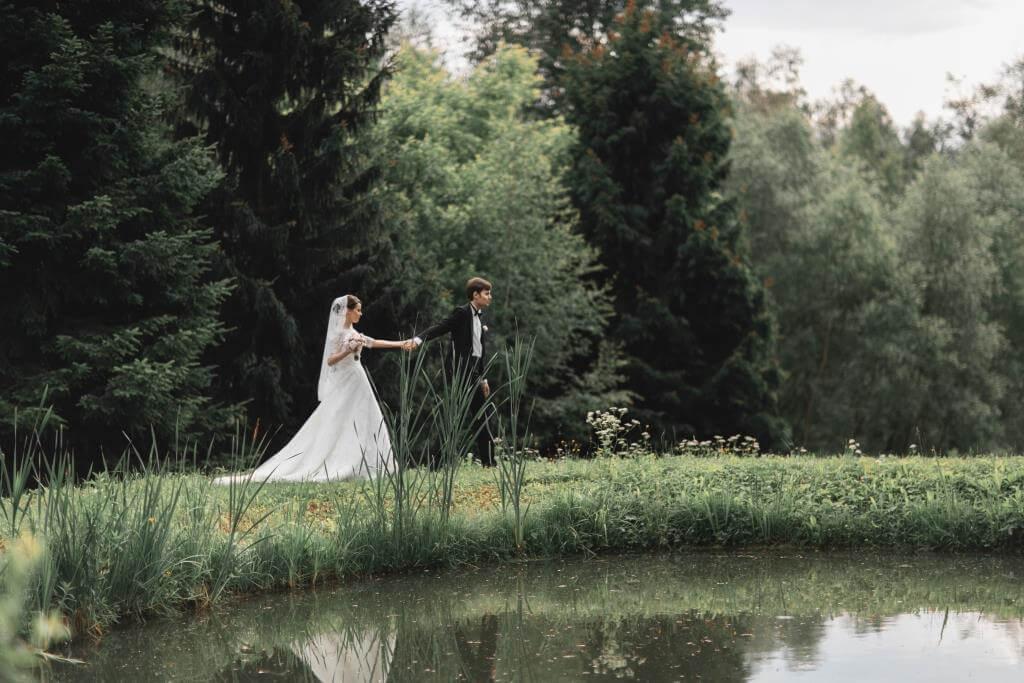 Прогулка по парку жениха и невесты