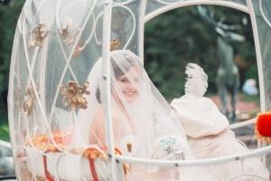 Невеста в карете в подмосковном отеле Морозовка