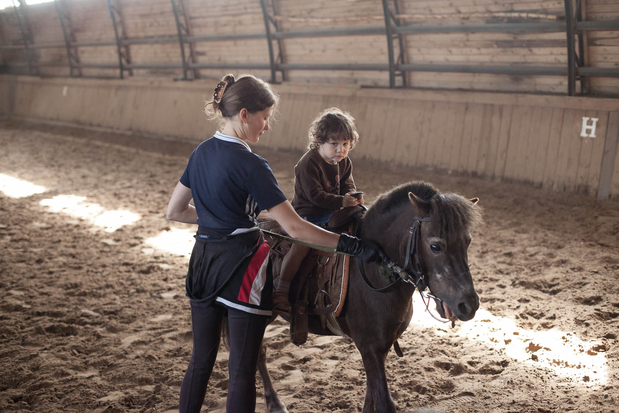 Катание в конном манеже в Подмосковье