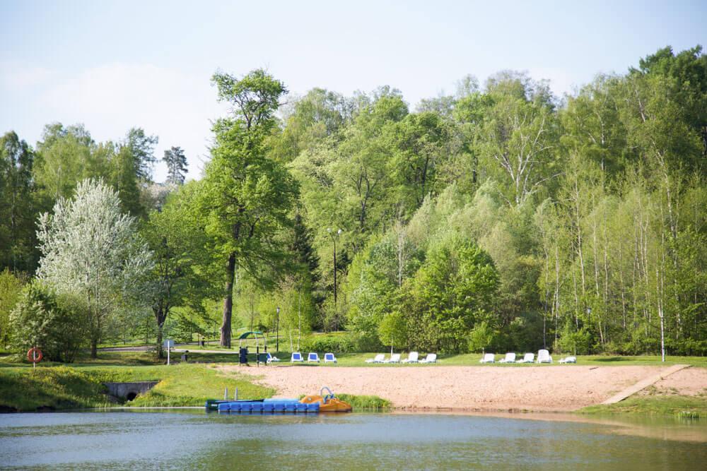 Пляж на Нижнем пруду пансионат Морозовка Газпром