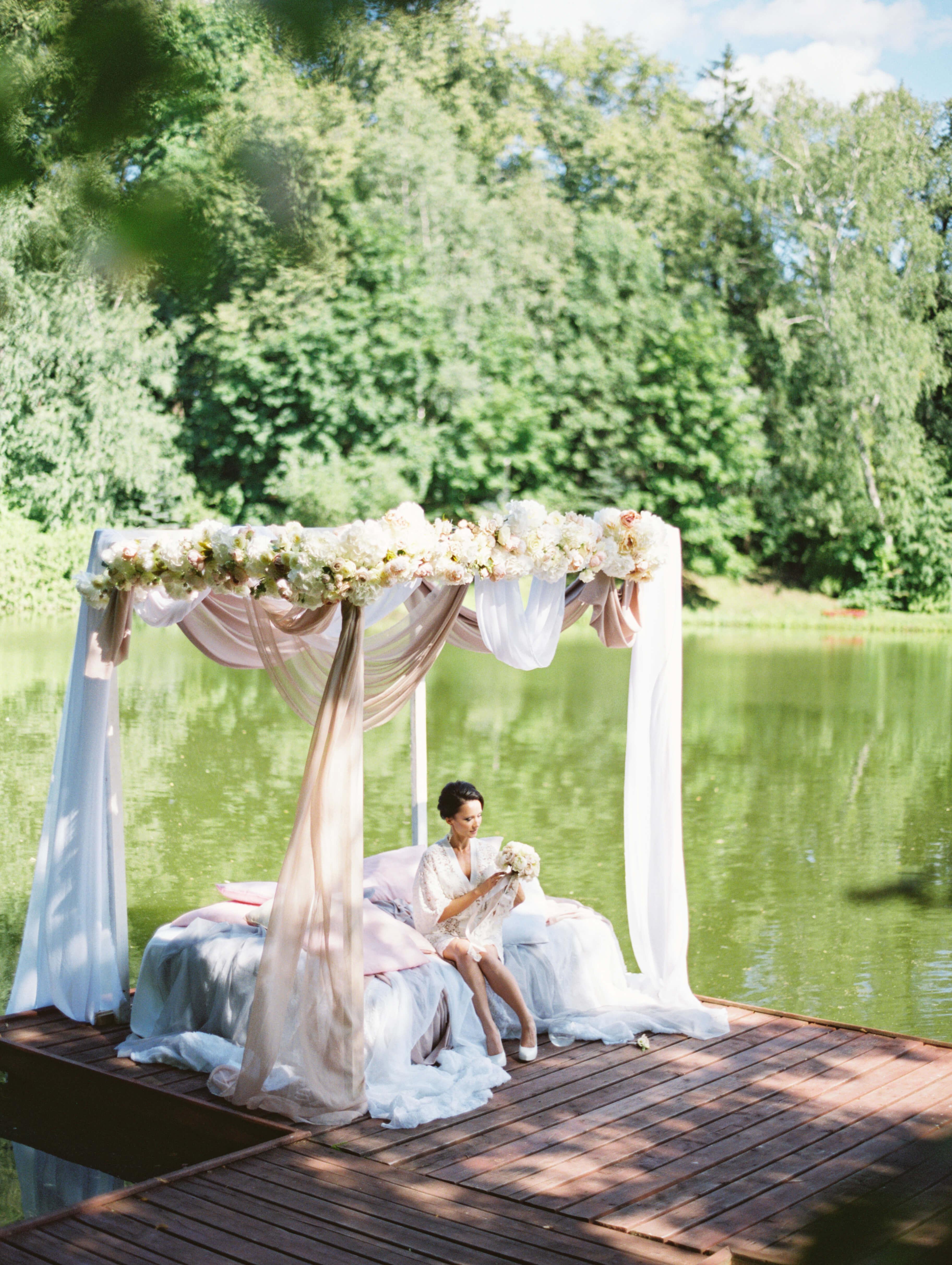 Верхний пруд с невестой на понтоне