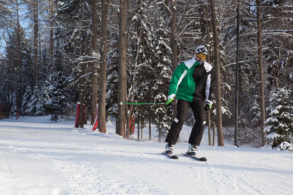 Лыжник на горнолыжной трассе