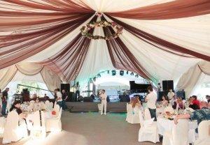 Свадьба в шатре у водоема